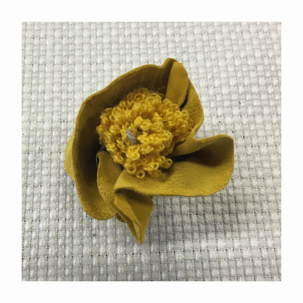 Raw-cut tweed flower with pistils made with bunches of mat threads