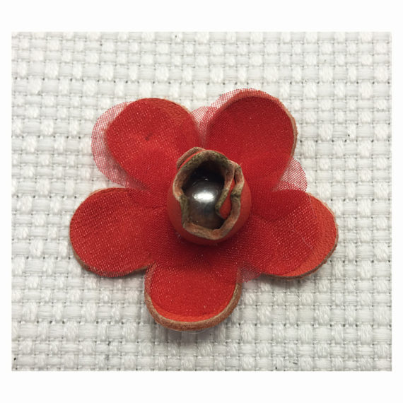 Thermoformed flower in cut leather combined with a tulle flower and a pearl